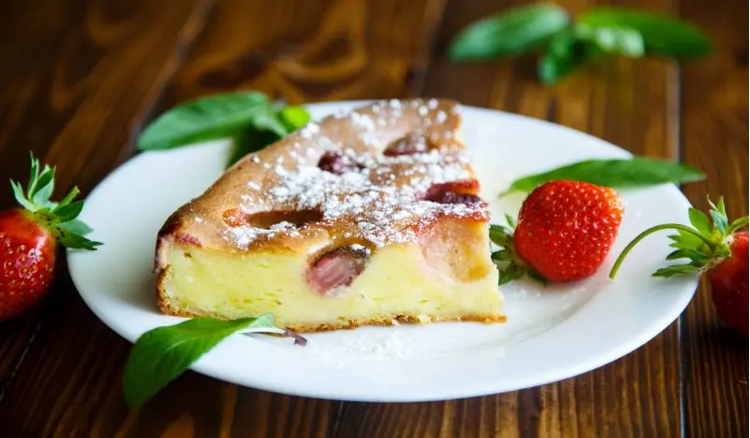 Pie with cottage cheese and strawberries